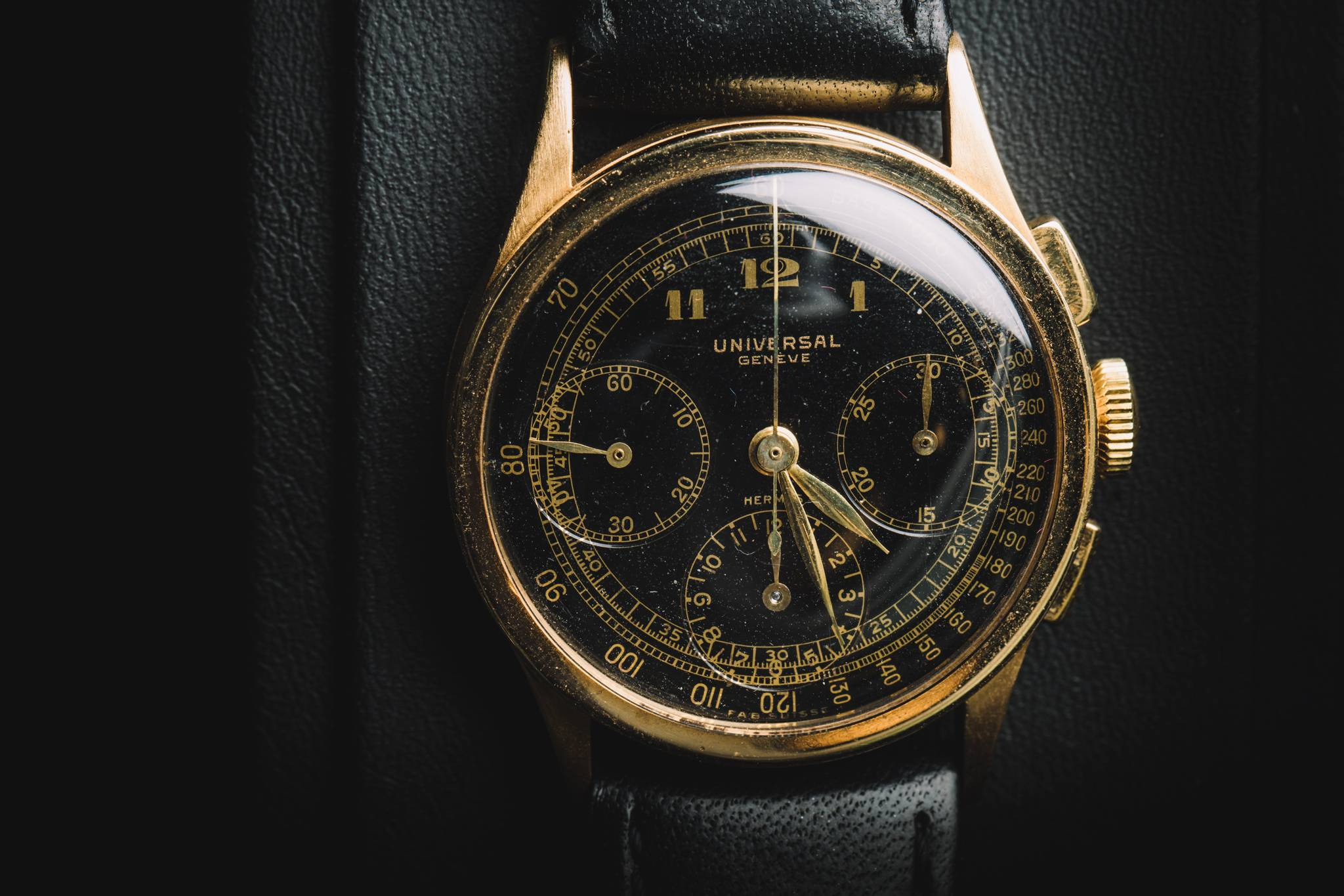 Universal Genève 5922, 18k yellow gold, retailed by Hermès ,1937 Front